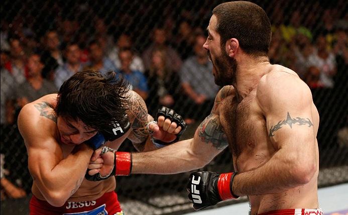 E. Silva (esq.) acabou levando a pior na trocação contra M. Brown (dir.). Foto: Josh Hedges/UFC