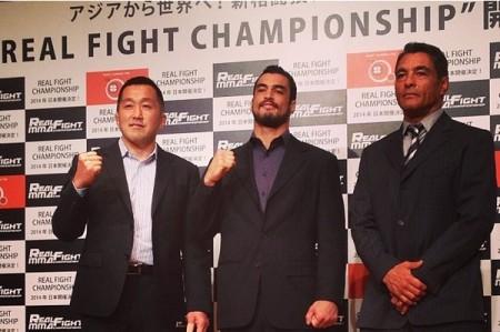 Kron (centro) acertou com o Real Fighting Championships. Foto: Reprodução/Instagram