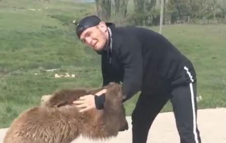 Nurmagomedov (foto) treina wrestling com urso. Foto: Reprodução/Instagram