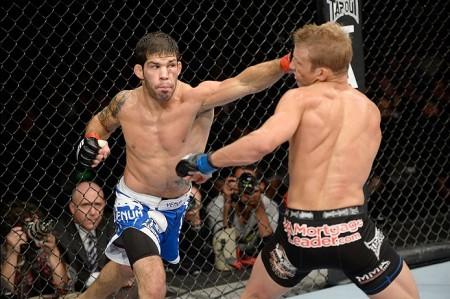 R. Assunção (esq.) venceu o atual campeão Dillashaw (dir.) em outubro de 2013. Foto: Josh Hedges/UFC