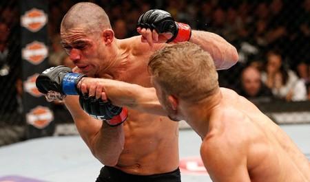 R. Barão (esq.) é golpeado por Dillashaw (dir.); brasileiro foi nocauteado no 5º round. Foto: Josh Hedges/UFC