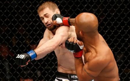 Bagautinov (detalhe azul na luva) foi derrotado por Johnson no UFC 174. Foto: Divulgação/UFC
