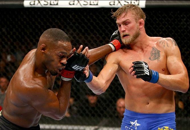 """Duelo entre Jones (esq.) e Gustafsson (dir.) foi a """"Luta do ano de 2013"""". Foto: Josh Hedges/UFC"""