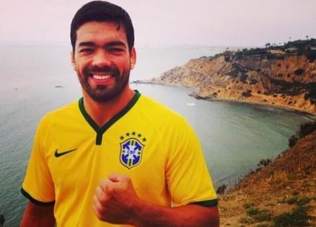 Lyoto exibe orgulhoso a camisa da seleção brasileira. Foto: Reprodução/Twitter