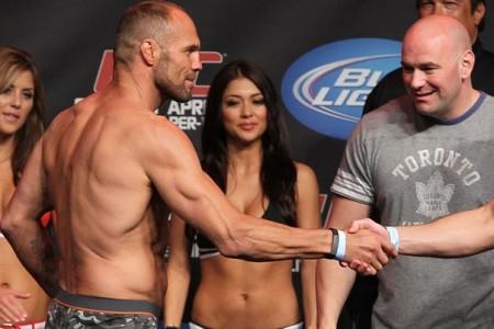 Dana (dir.) não gostou da ida de Couture (esq.) para o Bellator. Foto: Josh Hedges/UFC
