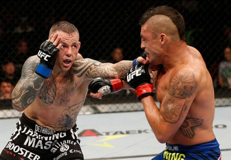 R. Pearson (esq.) recorreu da derrota para D. Sanchez (dir.). Foto: Josh Hedges/UFC