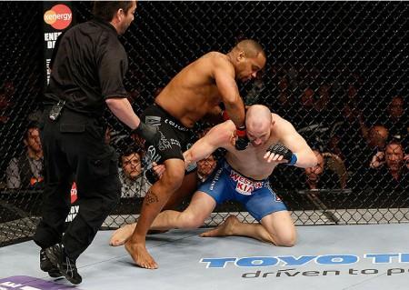 Cummins (de azul) e Cormier se enfrentaram no UFC 170. Foto: Divulgação/UFC