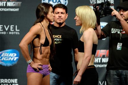 C. Gadelha (esq.) e T. Lahdemaki (dir.) na primeira encarada da história da categoria peso palha no UFC. Foto: Josh Hedges/UFC