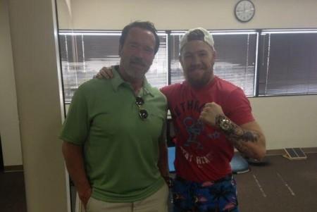 Schwarzenegger (esq.) e McGregor (dir.) em encontro registrado em 2013. Foto: Reprodução/Twitter