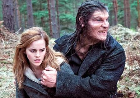 Caracterizado como lobisomem, Legeno grava ao lado da atriz Emma Watson. Foto: Divulgação/Warner Bros