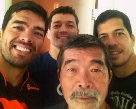 Lyoto (esq.) se reúne com a família antes da grande luta no UFC 175. Foto: Reprodução/Twitter