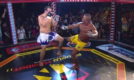 Marcos Sapo (dir.) tenta chute e acaba fraturando a perna direita. Foto: Reprodução/YouTube