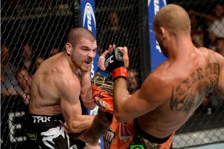 A derrota sofrida no UFC FN 45 custou caro para Miller (esq.). Foto: Jeff Bottari/Zuffa LLC