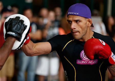 R. dos Anjos (foto) faz a luta principal do UFC Fight Night 49. Foto: Josh Hedges/UFC