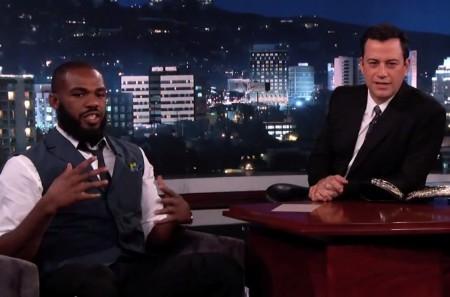 J. Jones (esq.) participou do programa de Jimmy Kimmel (dir.) na ABC. Foto: Reprodução/YouTube