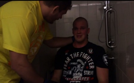 Mitrione (esq.) consola Struve (dir.) após cancelamento de luta no UFC 175. Foto: Reprodução/YouTube
