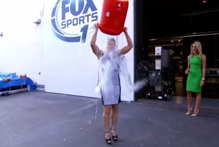 Ronda toma banho de balde de gelo em prol da esclerose lateral amiotrófica. Foto: Reprodução/YouTube