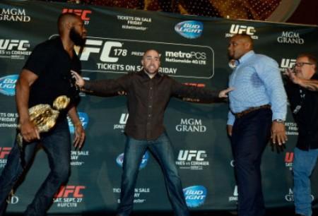 Jones (esq.) e Cormier (dir.) saíram na mão durante evento do UFC. Foto: Divulgação/UFC