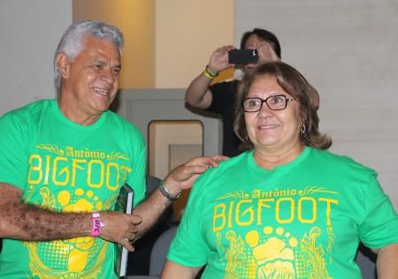 Antônio (esq.) e Lourdes Silva (dir.) prestigiaram o treino aberto e caíram no forró. Foto: Lucas Carrano/SUPER LUTAS