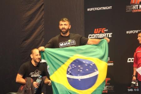 A. Arlovski (foto) exibe bandeira do Brasil durante a pesagem. Foto: Lucas Carrano/SUPER LUTAS