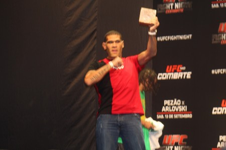 Pezão com a rapadura e a camiseta com a bandeira paraibana. Foto: Lucas Carrano/SUPER LUTAS
