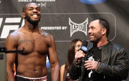 Joe Rogan (dir.) saiu em defesa de J. Jones (esq.). Foto: Josh Hedges/UFC