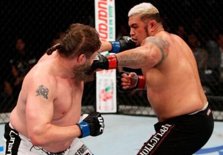 M. Hunt (dir.) bateu R. Nelson (esq.) no UFC Japão.