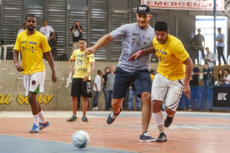 Cigano disputa a bola durante o jogo beneficente. Foto: Divulgação/Inovafoto-UFC
