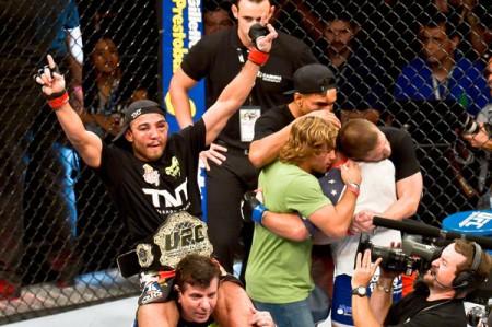 Aldo comemora nova defesa do cinturão dos penas enquanto Mendes é consolado por seu time. Foto: Inovafoto