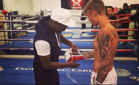 Mayweather ajeita as luvas de Justin Bieber. Foto: Reprodução/Instagram