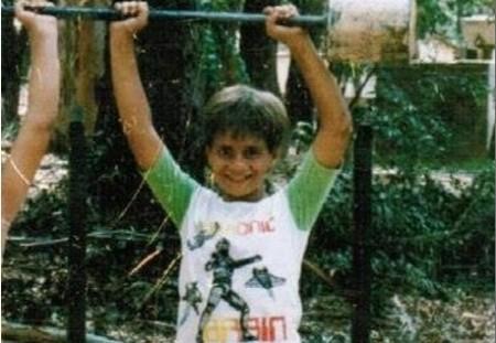 Ainda criança em Sorocaba, Maldonado levanta peso. Foto: Arquivo Pessoal