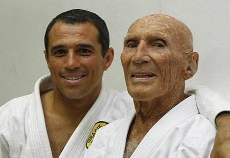 Royler ao lado de seu pai, Hélio, falecido em 2009. Foto: Reprodução/Royler Gracie.com