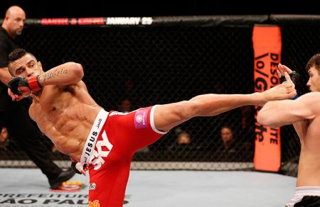 O chute de esquerda de Belfort (esq.) fez estragos em Bisping (dir.) e Rockhold. Foto: Josh Hedges/UFC
