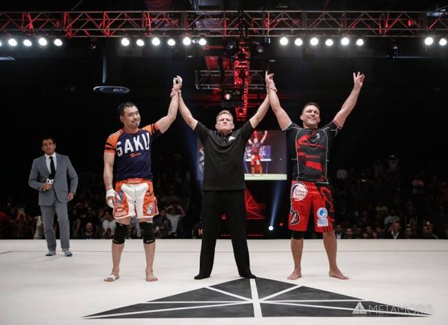 Árbitro anuncia empate entre Sakuraba (esq.) e Renzo (dir.) após luta principal do Metamoris 5. Foto: Reprodução/Facebook