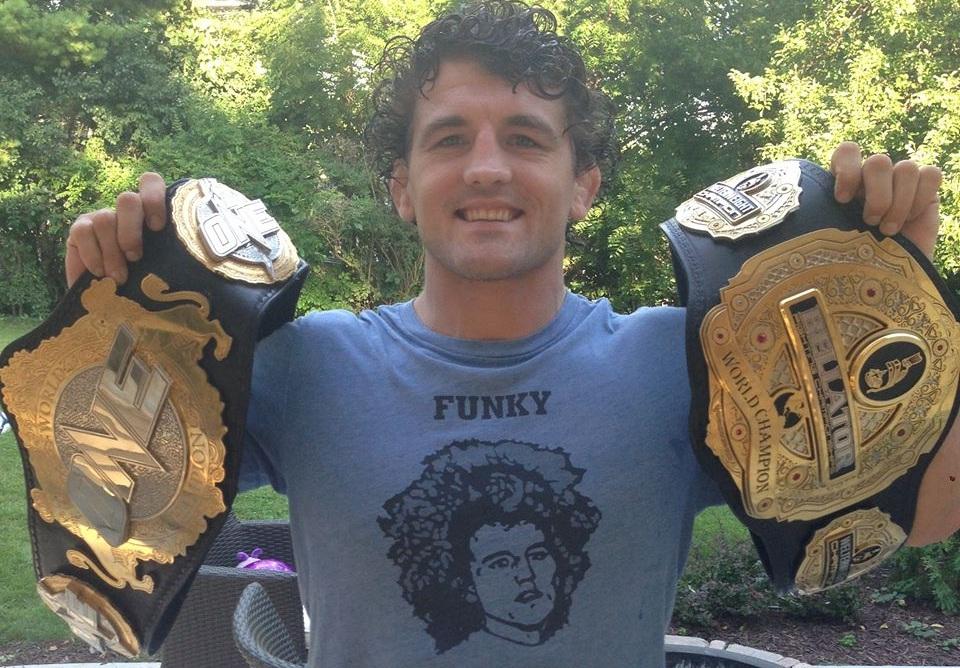 B. Askren posa com os cinturões do Bellator e do One FC. Foto: Reprodução/Facebook