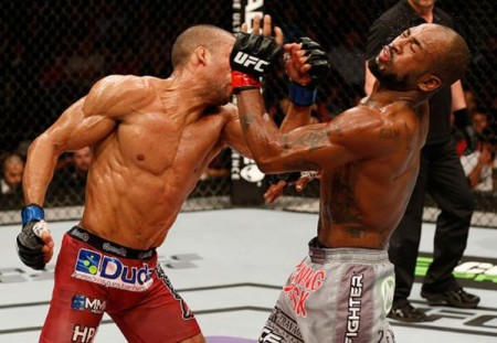 E. Barboza (esq.) acerta Bobby Green. Foto: UFC