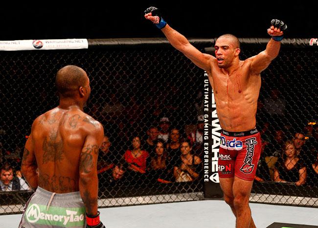 E. Barboza (dir.) devolve provocação de B.Green no final da luta. Foto: Josh Hedges