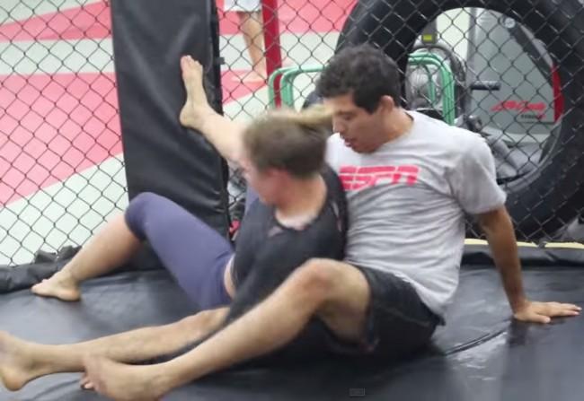 Ronda (esq.) e Melendez (dir.) em treino de grappling na GFC. Foto: Reprodução