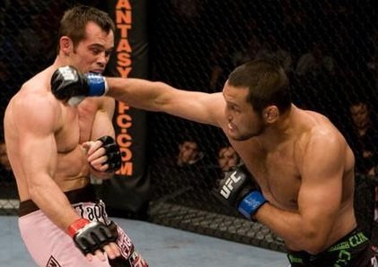 R. Franklin (esq.) perdeu para D. Henderson (dir.) na luta principal do UFC Irlanda. Foto: Divulgação