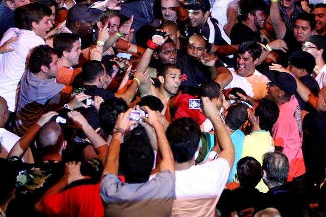 Campeão dos penas, Aldo cai nos braços do povo no UFC Rio 2. Foto: Divulgação/UFC