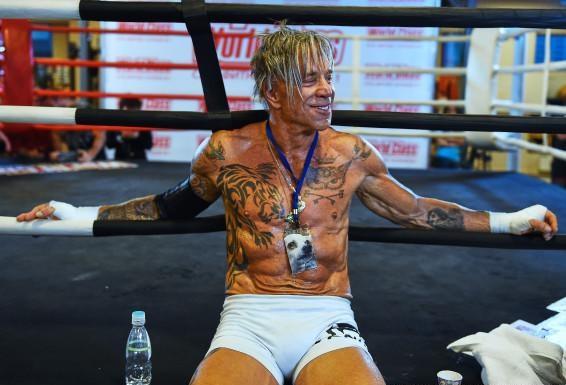 Mickey Rourke durante os treinos para seu retorno ao boxe. Foto: Reprodução/Twitter