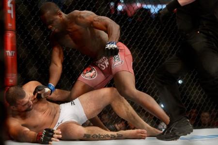 St. Preux surpreende e nocauteia o brasileiro Mauricio Shogun no UFC Uberlândia. Foto Inovafoto