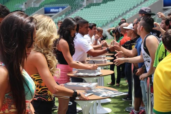 Atletas e ring girls também atenderam os fãs após o evento. Foto: Lucas Carrano/SUPER LUTAS