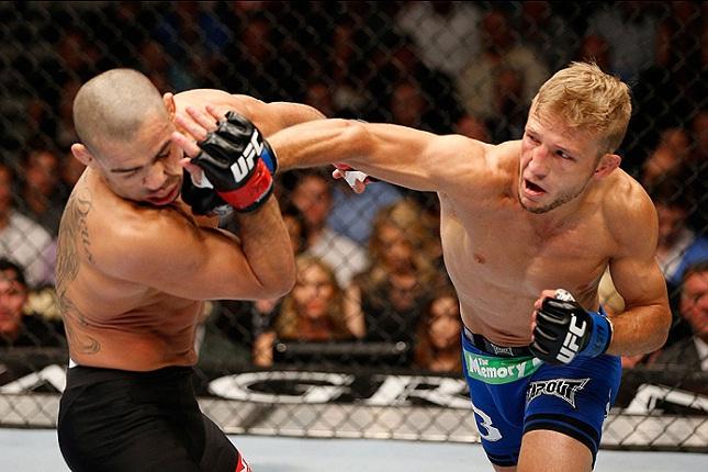 Barão (esq.) é golpeado por Dillashaw (dir.) no UFC 173. Foto: Josh Hedges/UFC