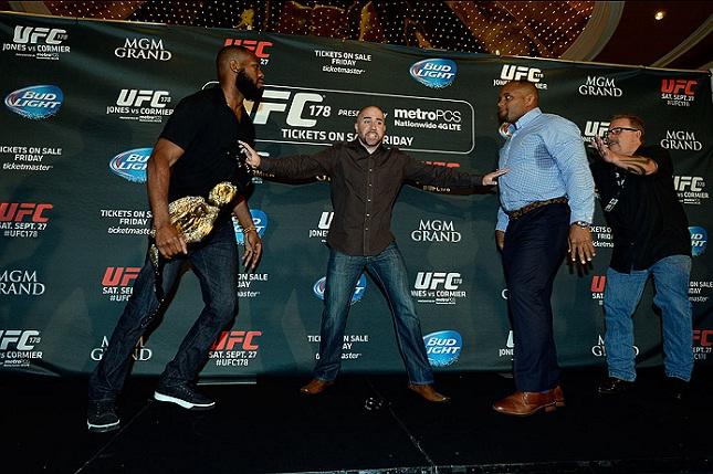 Dave Sholler tenta evitar briga entre Jones e Cormier. Foto: Josh Hedges/UFC