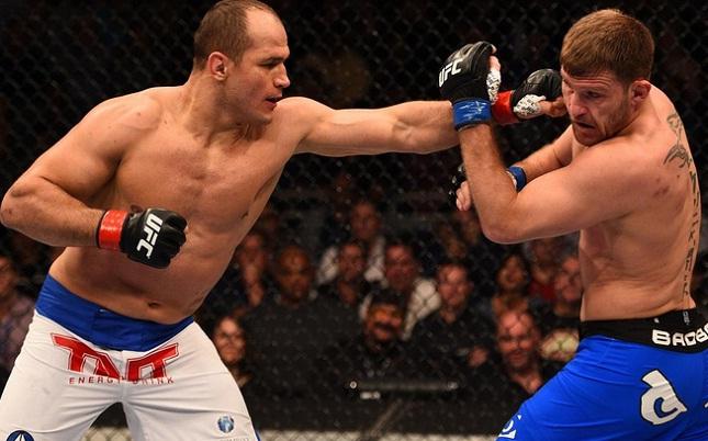 Cigano (esq.) golpeia Miocic (dir.) na luta principal do UFC on FOX 13. Foto: Josh Hedges/Getty Images
