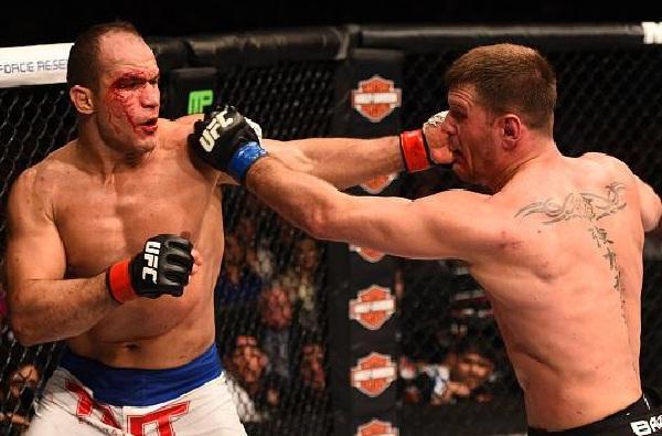 Luta entre Cigano (esq.) e Miocic (dir.) foi a melhor do UFC on FOX 13. Foto: Josh Hedges/Getty Images