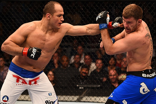 Cigano (esq.) travou batalha de cinco rounds contra Miocic (dir.). Foto: Josh Hedges/UFC