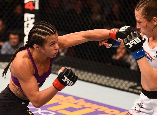 Claudinha (esq.) foi derrotada por J. Jedrzejczyk (dir.) em Phoenix. Foto: Josh Hedges/UFC