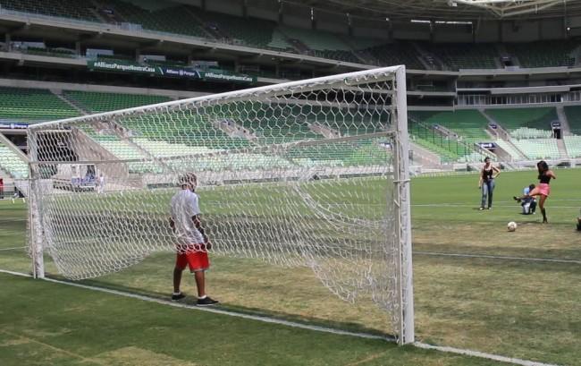Camila cobra penalidade e J. Aldo faz papel de goleiro. Foto: Lucas Carrano/SUPER LUTAS